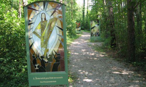 Gläserner Kreuzweg mit Ulrichskirche in Bad Erlach:  Sehenswürdigkeit in 5 km